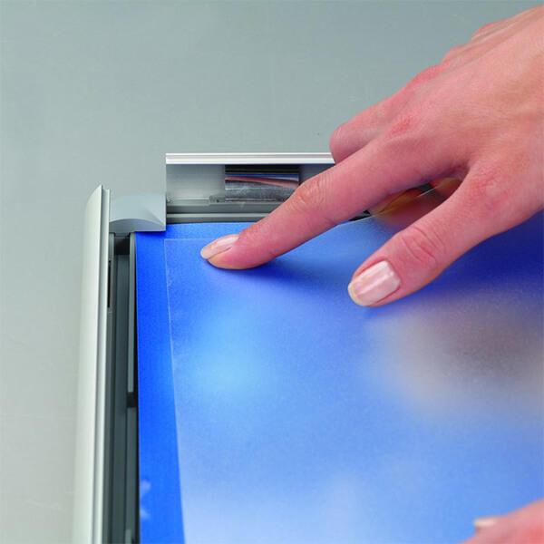 klapprahmen-opti-frame-25mm-din-a2-postermaß-rondo-ecken-25mm-profil-obere-profile-silber-eloxiert-ohne-rückenstütze-4